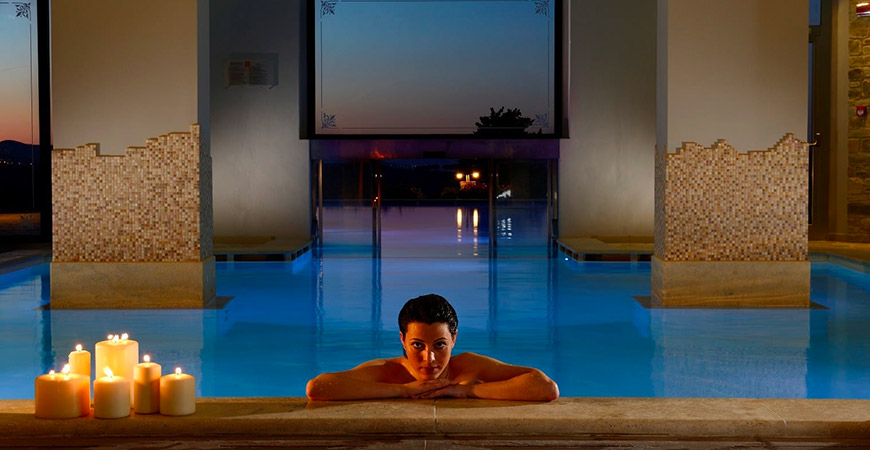 Borgobrufa SPA Resort - donna in SPA - piscina interna