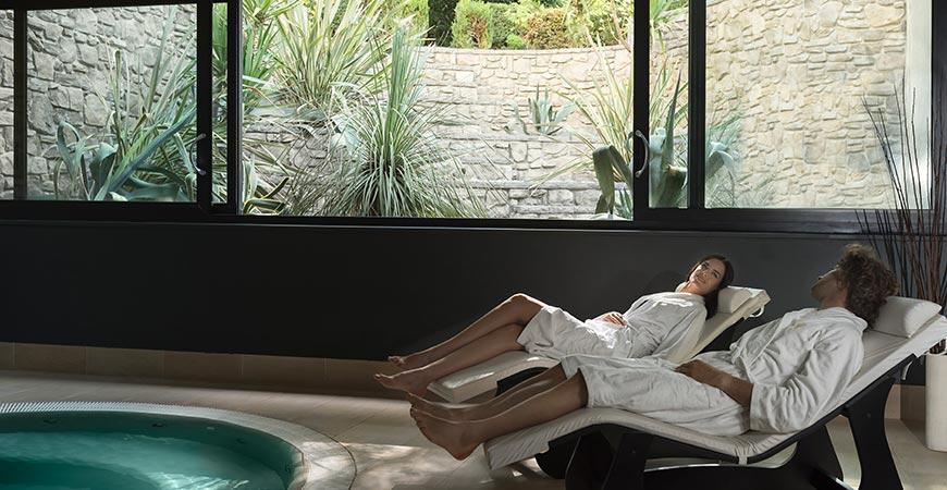 Donini SPA coppia su lettini relax piscina interna