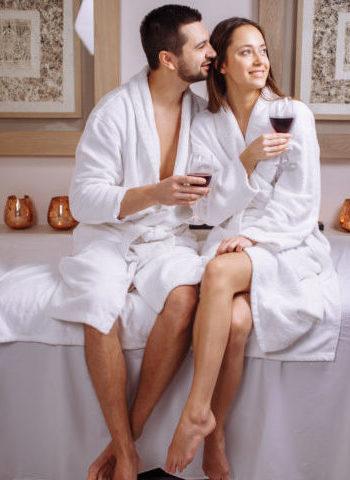 Coppia in SPA che beve vino e si rilassa - Speciale SPA