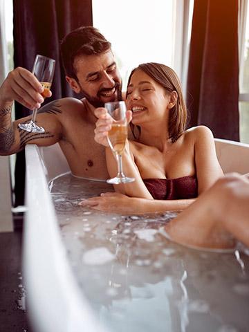 Weekend Benessere Colfiorito - Coppia che si diverte in vasca