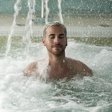 Day Break - Ragazzo rilassato sotto getti di acqua