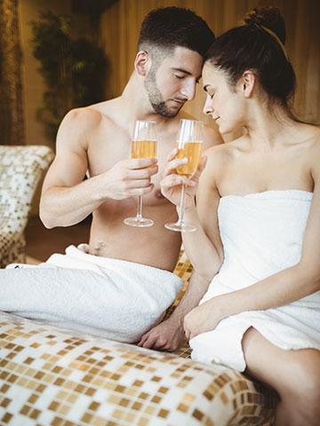 coppia innamorata in SPA che brinda - Pacchetto Birthday & Anniversary Palazzo Bontadosi