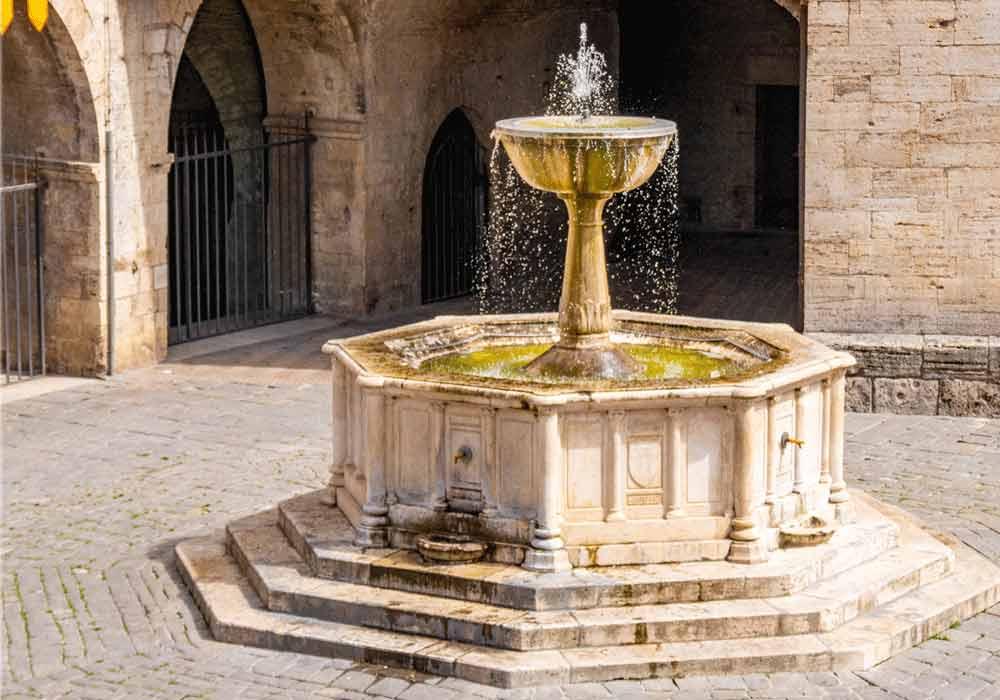 Bevagna piazza principale - Borghi Umbria