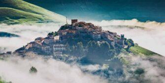 Castelluccio di Norcia nella nebbia - Borghi Umbria