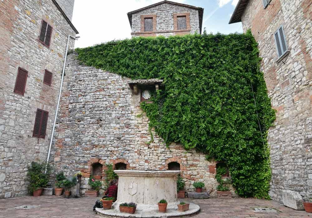 Corciano piazza con piccola fontana - Borghi Umbria