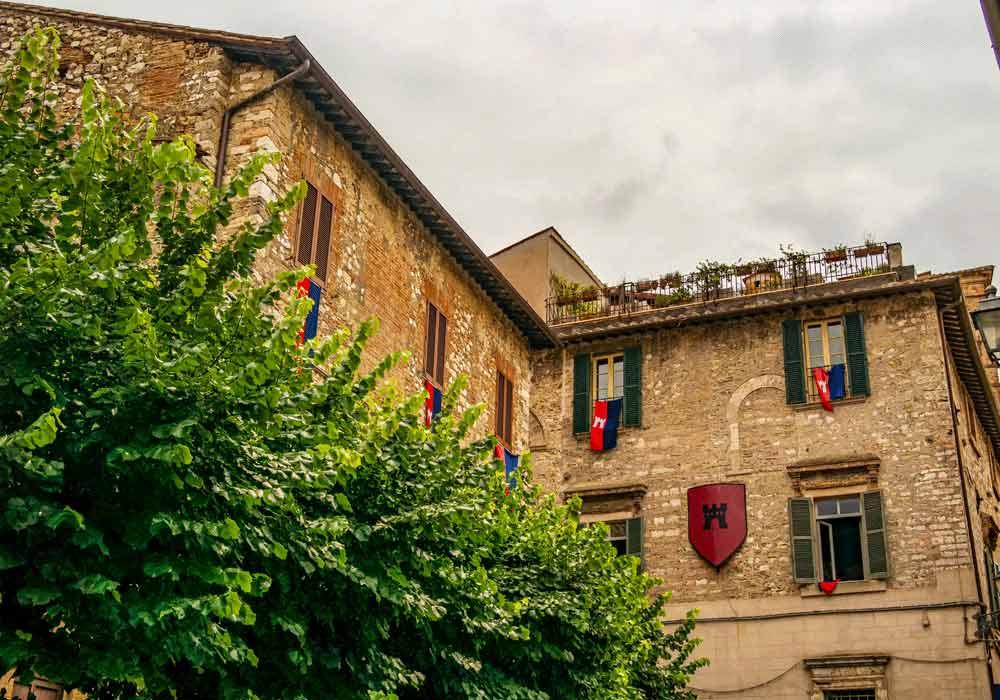 Narni con bandiere rosse e blu - Borghi Umbria