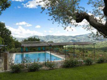 Piscina esterna con vista del Relais Villa Monte Solare