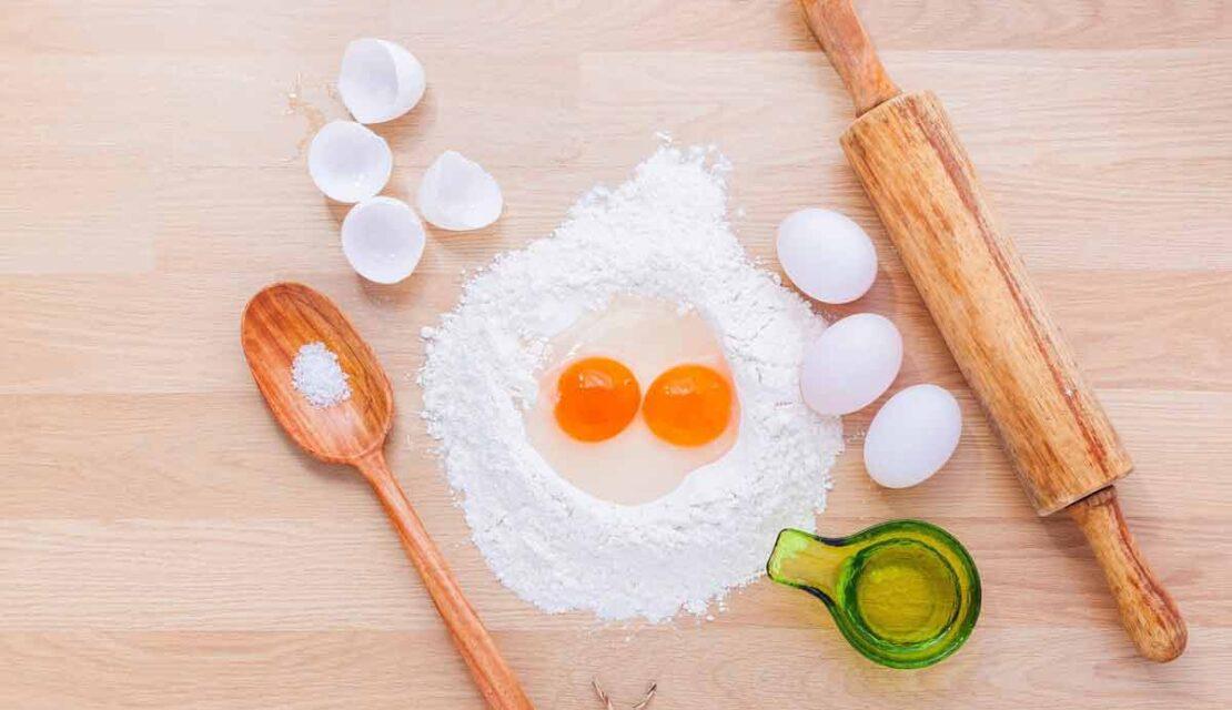Farina e uova per preparare la pasta fatta in casa - piatti tipici umbri