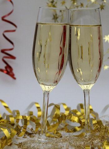 Calici di champagne per festeggiare il capodanno 2021 - Casale di Buccole