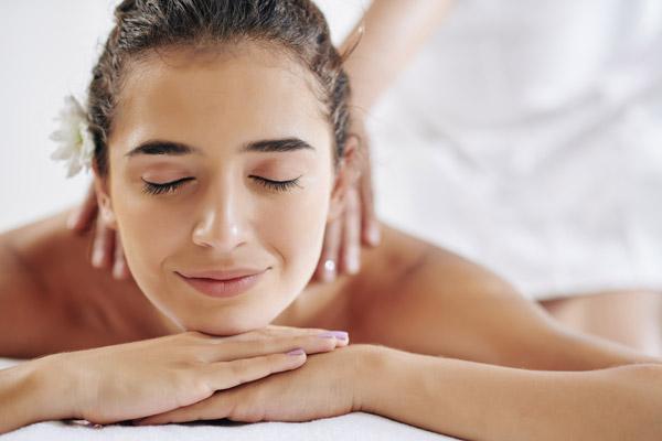 Donna che effettua un massaggio olistico