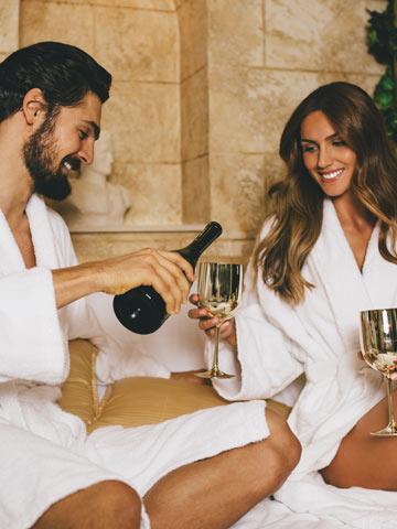 Coppia che beve una bottiglia di vino in SPA - Pacchetto i tre colori dell'oro umbro di Palazzo Bontadosi
