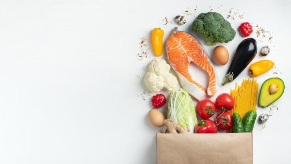 Sacchetto spesa con cibo salutare che aiuta a perdere peso