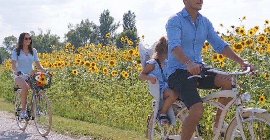 Famiglia in bicicletta nel giardino di Valle di Assisi Hotel SPA & Resort
