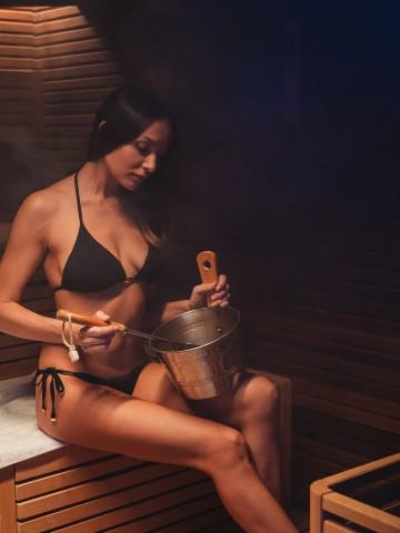 Donna nella sauna di Valle di Assisi Hotel & SPA Resort - Pacchetto Day SPA con Cena