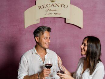 Due persone che degustano il vino nella cantina di Valle di Assisi Hotel SPA & Resort