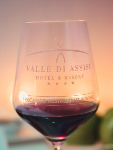 Calice di vino rosso della cantina di Valle di Assisi Hotel SPA & Resort - Pacchetto Wine & Wellness
