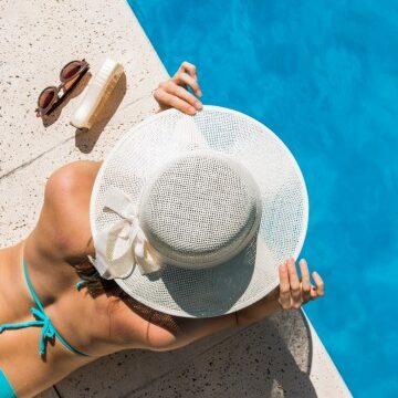 Donna in bordo piscina - Offerta ferragosto 2021 Hotel Villa Fiorita
