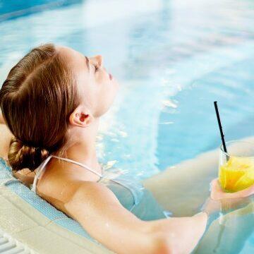 Donna in piscina - Offerta Agosto 2021 - Hotel Benessere Villa Fiorita