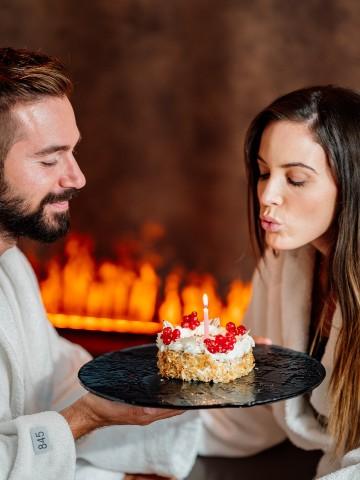 Coppia che spegne torta di compleanno in SPA - Happy Wellness To You - Borgobrufa SPA Resort