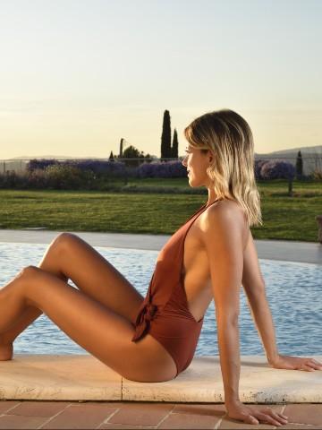 Donna rilassata davanti alla piscina di Borgogrufa spa Resort - Pacchetto fuga-anti stress 4 notti