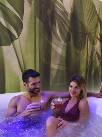 Coppia nella piscina di Borgobrufa SPA Resort con il pacchetto wellness break romantico