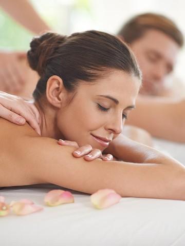 Donna che effettua un massaggio rilassante presso Borgobrufa spa Resort - Pacchetto Wellness su Misura