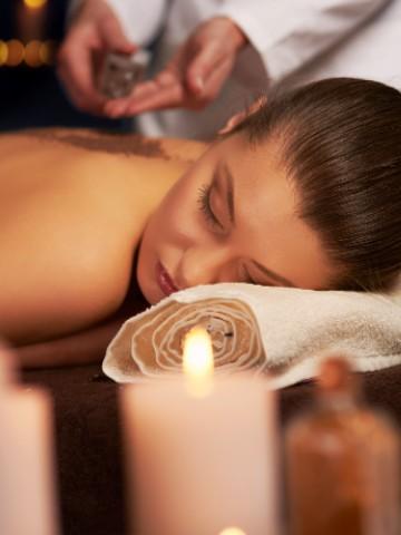 Donna che effettua un massaggio con il pacchetto spa & limus di Nun Assisi